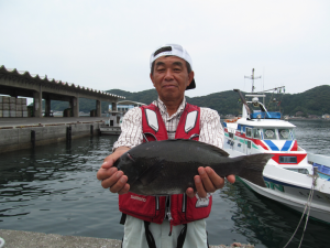 良型クロを釣った伊東さん。