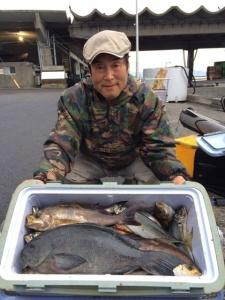 野津の平山さん、48cmクロ、良型イサキ、アジクーラー満タン