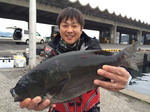 妹塚釣具店紹介の佐藤さん、47cmクロGET